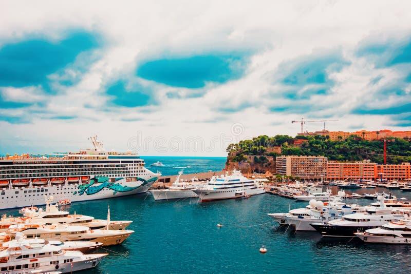 Yachts de luxe chez Hercule Port chez le Monaco la Côte d'Azur images libres de droits