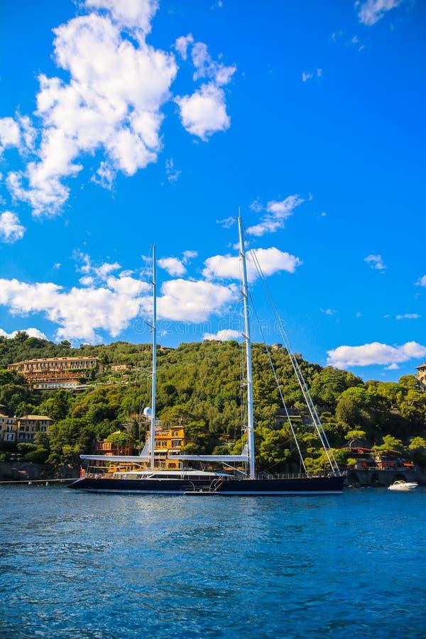 Yachts de luxe dans la baie de Portofino image stock