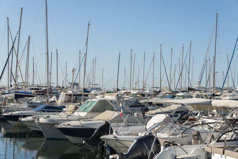 Yachts de luxe dans le ` Azur, France de Cote d photos stock