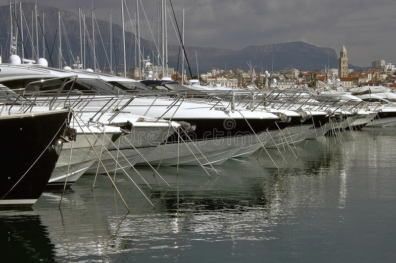 Yachts de luxe dans le fractionnement image libre de droits