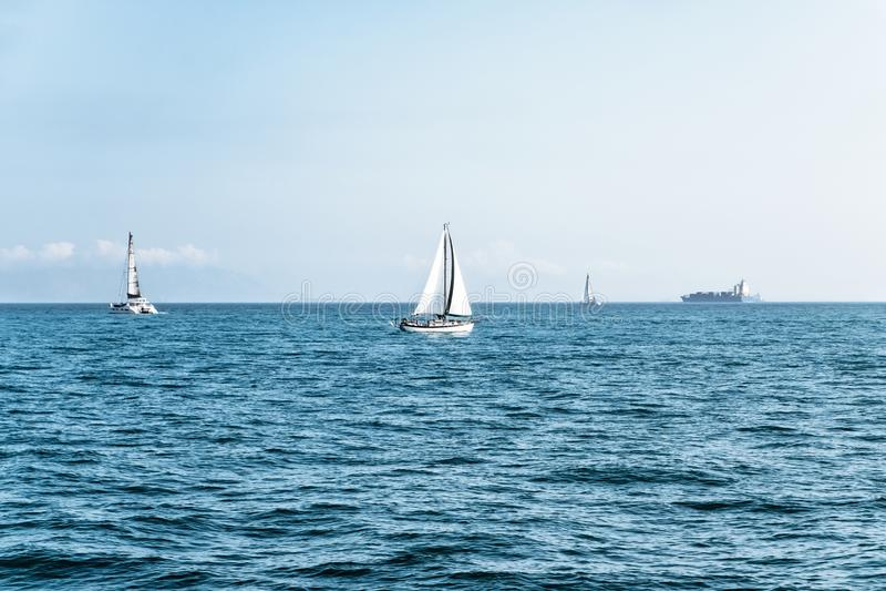 Yachts de luxe en mer ouverte au beau jour ensoleill? Mode de vie actif pour les personnes actives Vacances tropicales Fuite de w images libres de droits