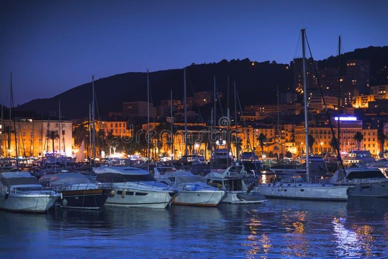 Yachts de plaisir et canots automobiles la nuit photos stock