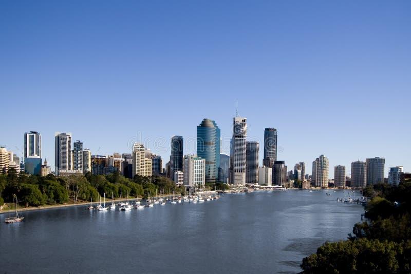 Yachts devant l'horizon de ville images stock