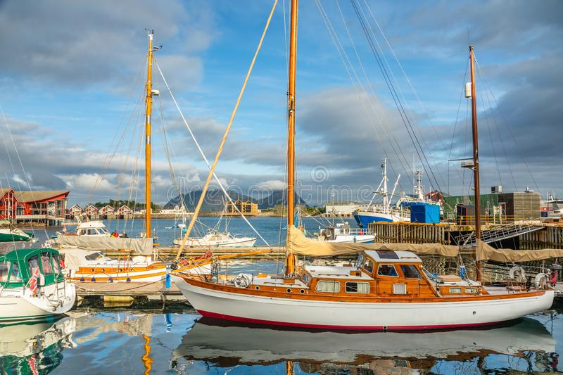 Yachts et bateaux avec la montagne à l'arrière-plan au pilier dans Svolvaer, îles de Lototen, Austvagoya, municipalité de Vagan,  photos stock