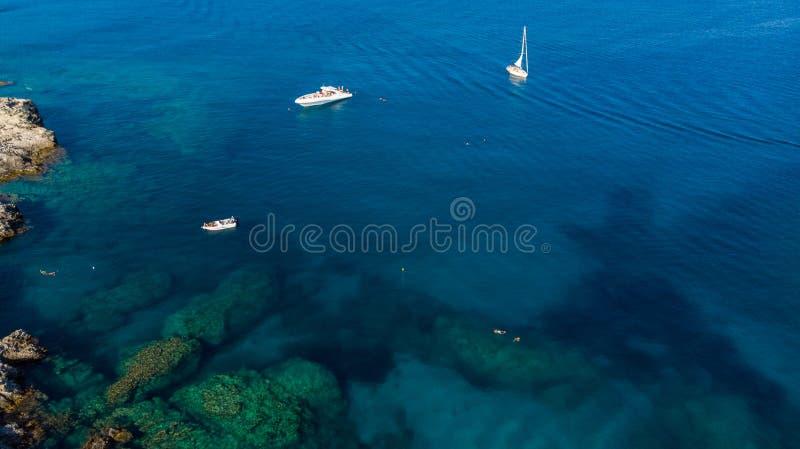 Yachts et bateaux dans les eaux turquoises de la Méditerranée, Grèce image stock