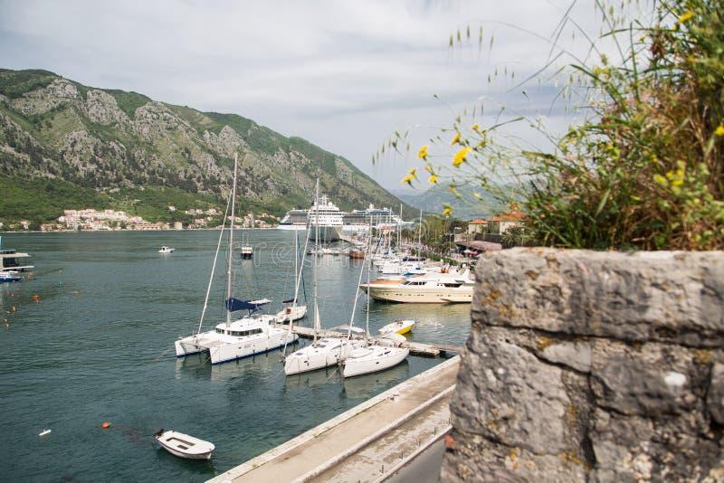 Yachts et bateaux de croisière dans la baie de Kotor image libre de droits
