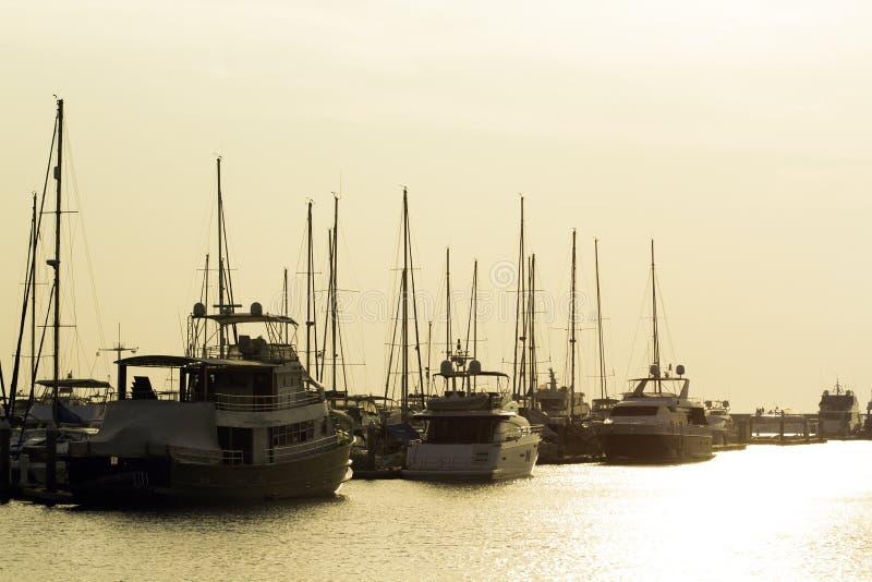 Yachts et pilier au crépuscule image libre de droits