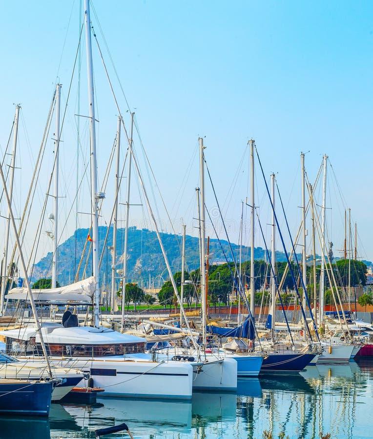Yachts et voiliers dans la marina images stock
