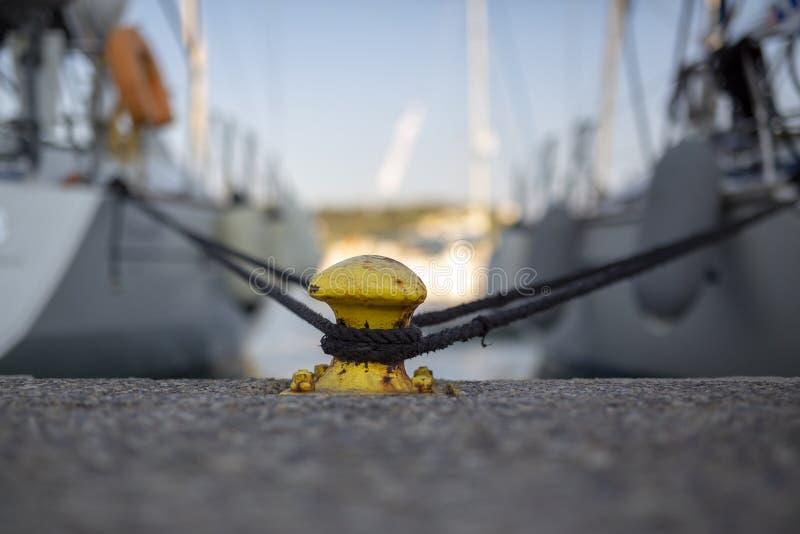 2 yachts fixés sur une borne en métal photographie stock
