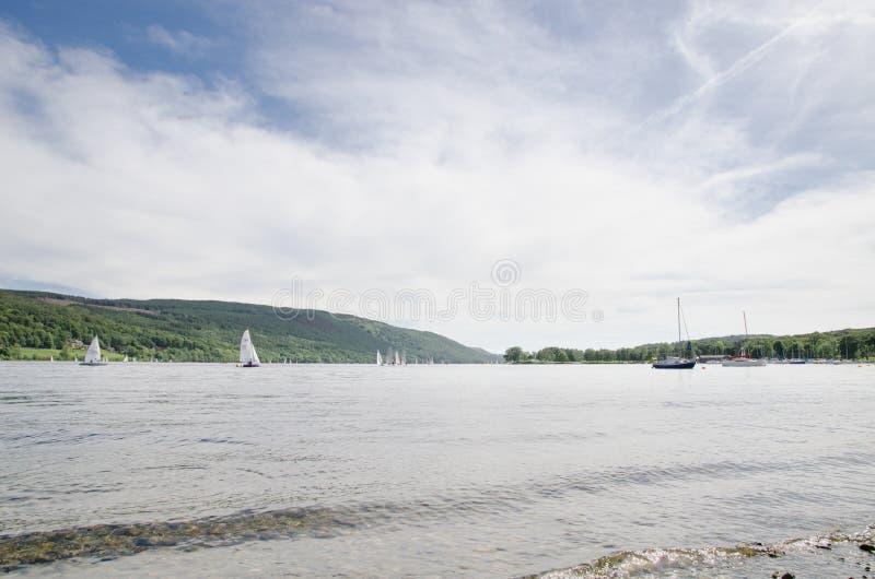 Yachts naviguant sur l'eau de Coniston image stock