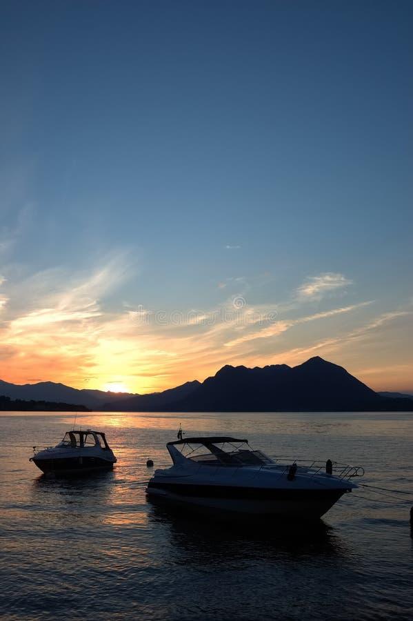 Yachts o alvorecer do lago fotografia de stock royalty free