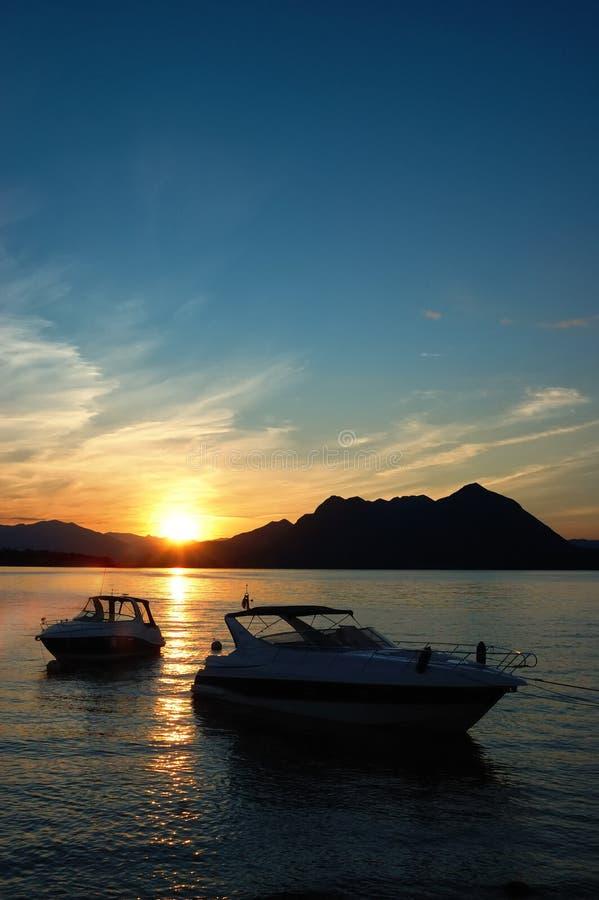 Yachts o alvorecer do lago foto de stock