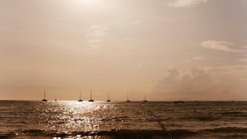 Yachts o por do sol Silhuetas dos iate foto de stock royalty free