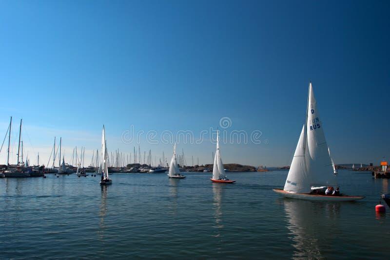Yachts quittant le port de Hanko photo libre de droits