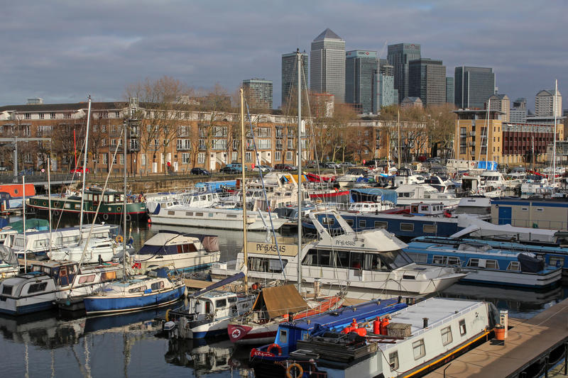 Yachts in South Dock Marina and skyscrapers of Canary Wharf in London, United Kingdom stock photography