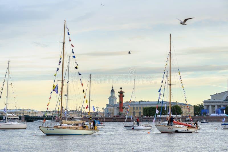 Yachts sur la rivière de Neva photo libre de droits