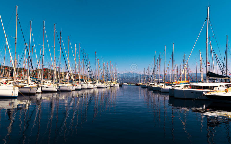 Yachts sur le quai photo stock