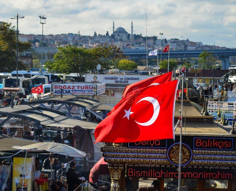 Yachts turcs au pilier avec le drapeau images stock