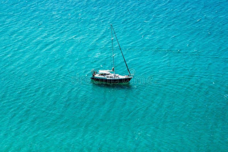 Yachtsegling i det öppna genomskinliga blåa havet arkivfoton