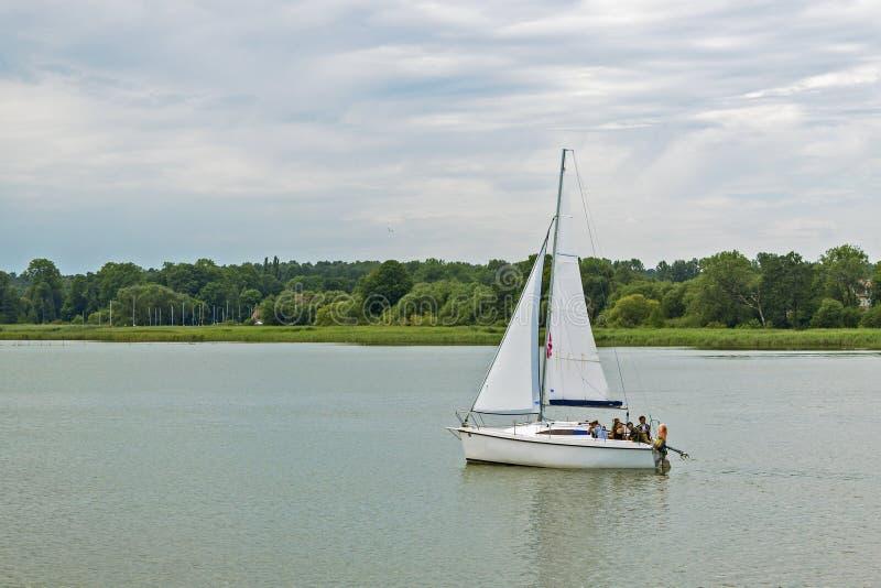 Yachtsegling på laken Polen Mazury, Sniardwy, störst sjö i Polen royaltyfri bild