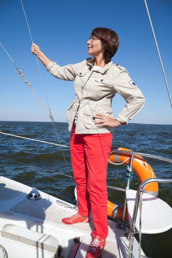 'yachtsman' idoso da mulher em um iate da navigação imagem de stock