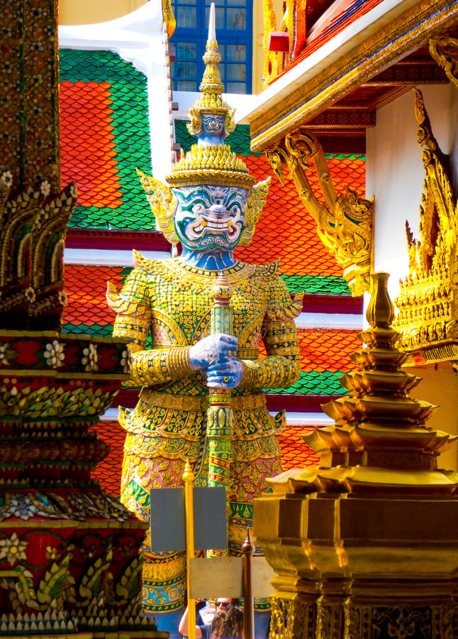 Yacs, estatua gigante en el palacio magnífico, Bangkok, Tailandia imagenes de archivo