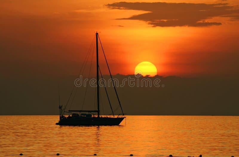 Yacth no por do sol na praia do kata foto de stock