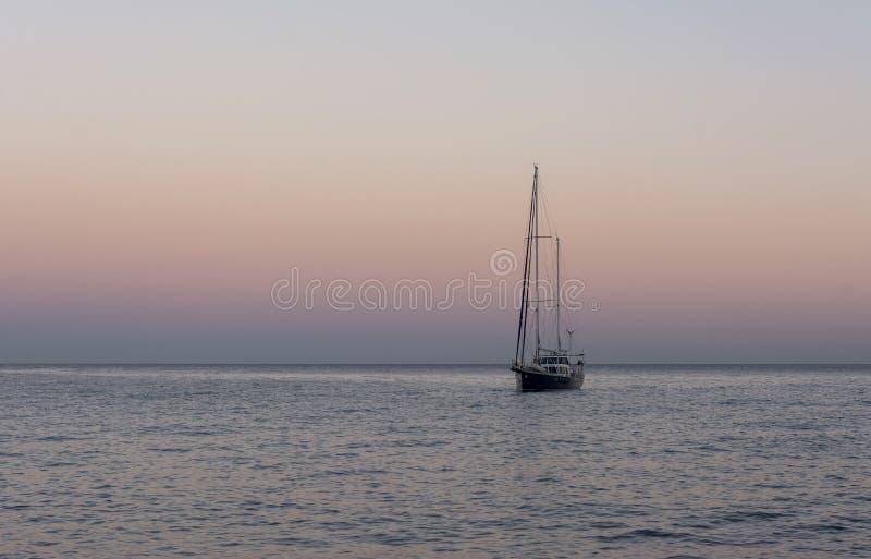Yacth no por do sol O Mar Negro imagens de stock royalty free