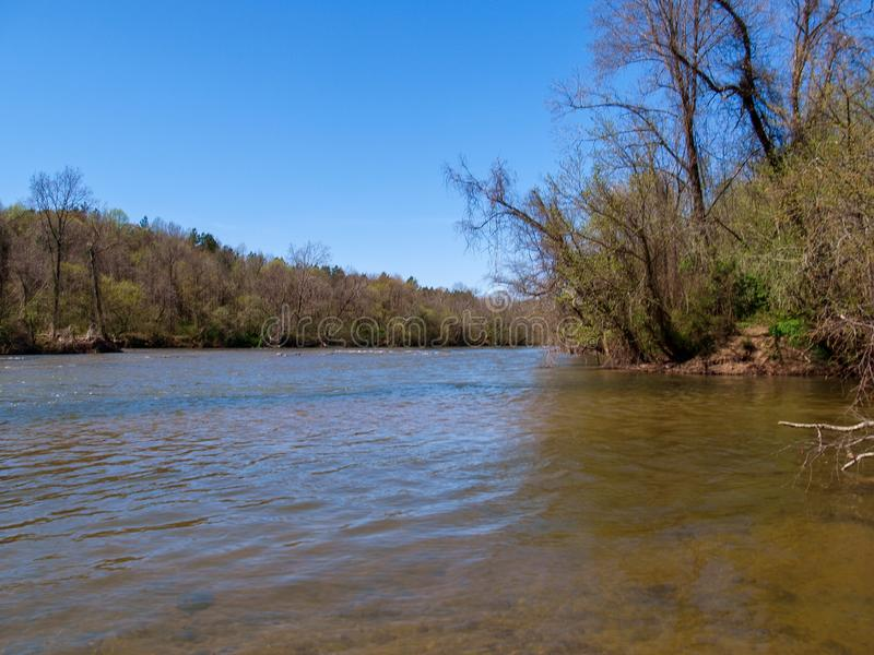 Yadkin flod i Elkin, North Carolina royaltyfri foto