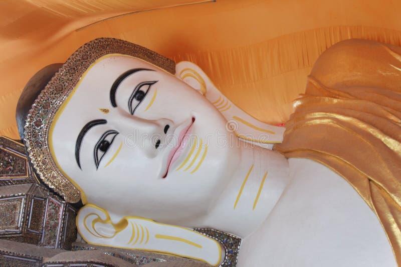 YAGON, МЬЯНМА - 25-ОЕ ФЕВРАЛЯ: Гигантский возлежа Будда на Chau стоковая фотография rf
