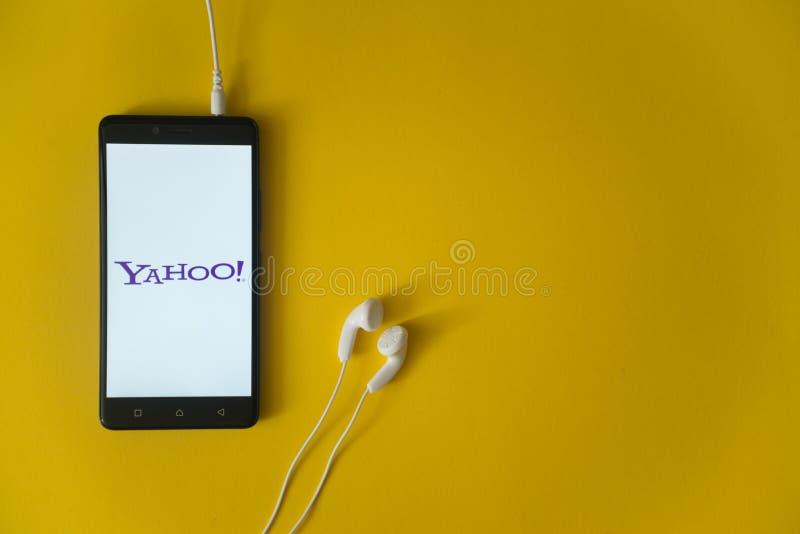 Yahoo-embleem op het smartphonescherm op gele achtergrond royalty-vrije stock afbeeldingen