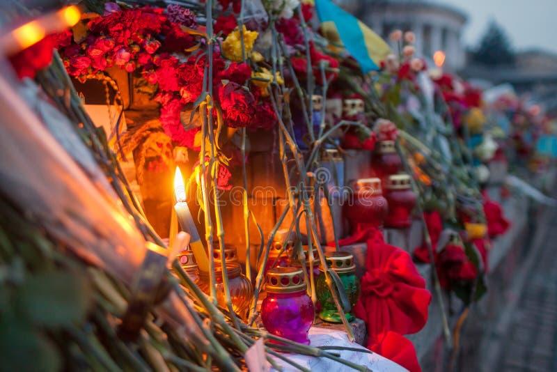 Yahrzeit蜡烛和花 免版税库存图片