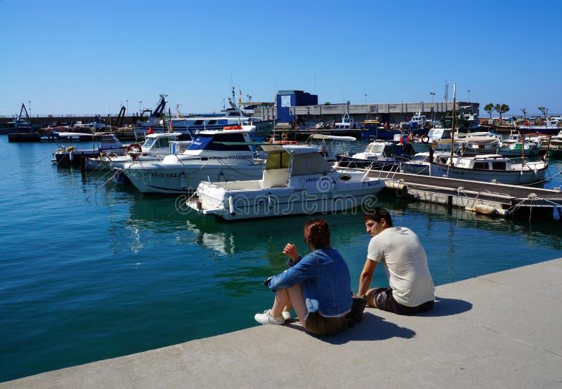 Yahts y barcos en el puerto Cambrils, España imagenes de archivo
