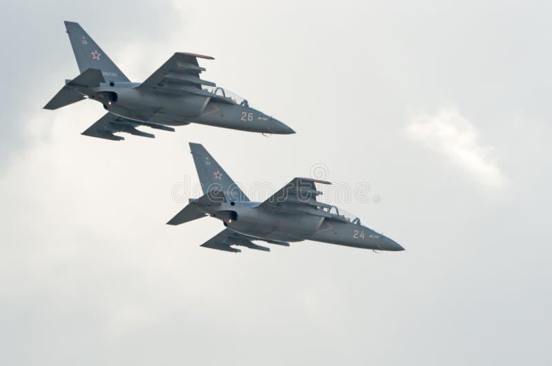 Yak-130 μύγα εκπαιδευτών επίθεσης στο σχηματισμό στοκ φωτογραφία με δικαίωμα ελεύθερης χρήσης