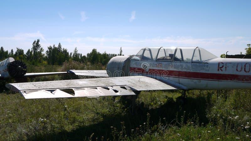 Yak-52 abandonné Formation pour des cadets de vol images libres de droits