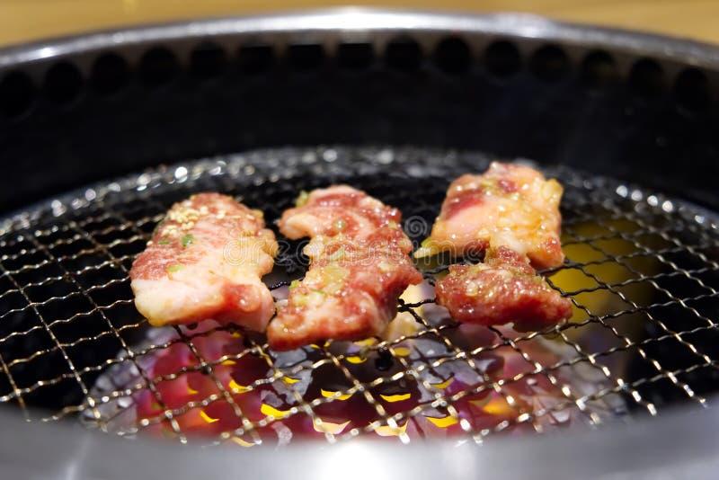 Yakiniku eller japanskt grillat grillfestnötkött på galler arkivfoton