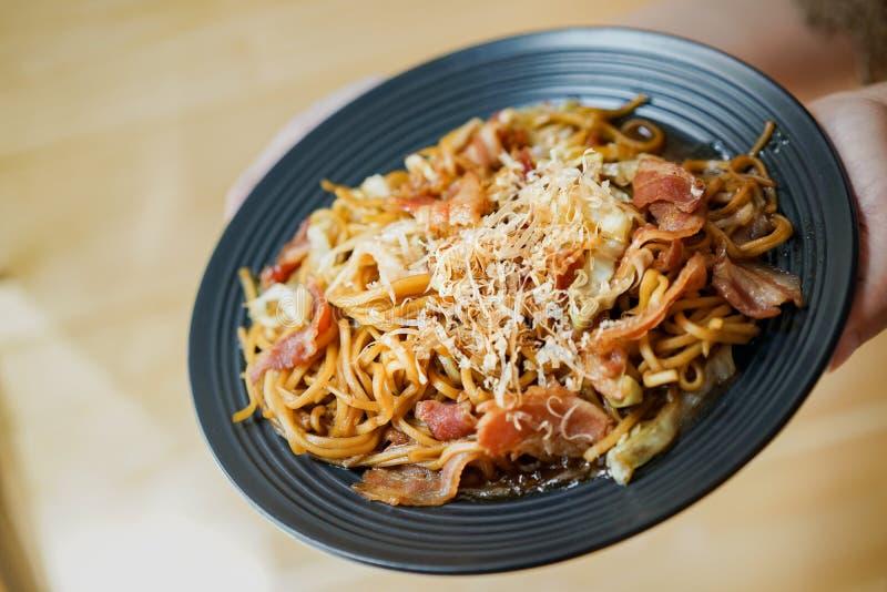 Yakisoba, - le style asiatique du Japon - de la Chine et de Ta?wan Fried Noodle sur la table en bois, service pour le d?jeuner images libres de droits