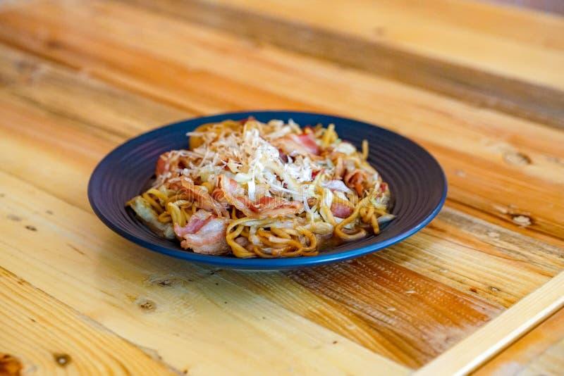 Yakisoba, - o estilo asi?tico na tabela de madeira, saque de Jap?o - de China e de Taiwan Fried Noodle para o almo?o imagem de stock