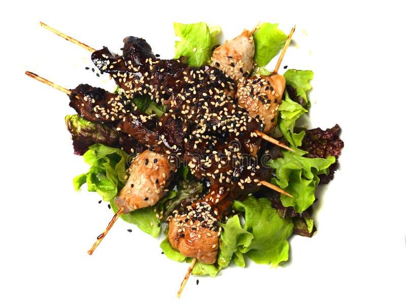 Yakitori avec les graines de sésame Viande de poulet frit et foie de poulet sur le plan rapproché de bâtons d'isolement sur le fo photos stock
