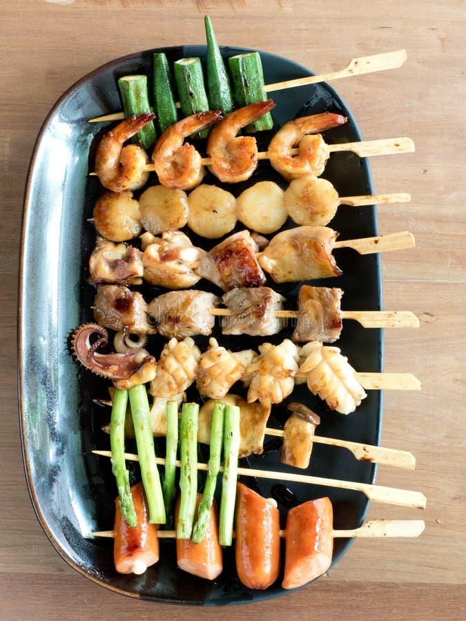 Yakitori : Brochettes de taille d'une morsure japonaises de nourriture : asperge, saucisse, feston, calmar, champignon, crevettes photographie stock
