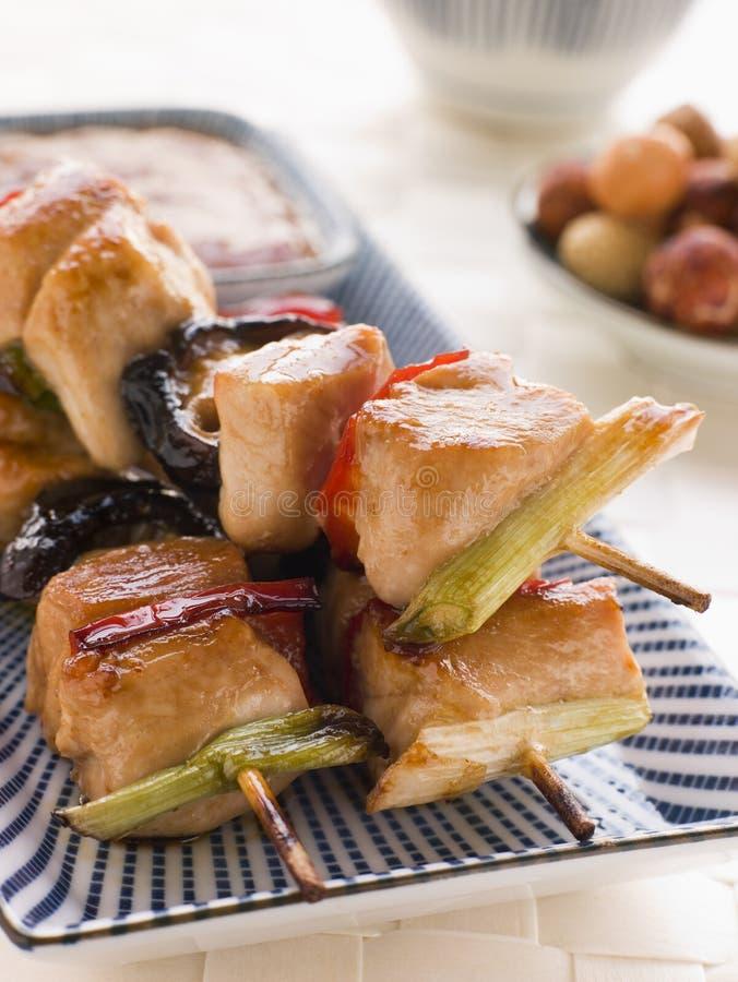 yakitori för sukiyaki för steknålar för cracricesås arkivfoto