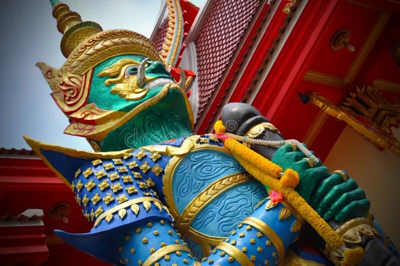 Yaksha-Dämonkrieger an einem thailändischen Tempel stockbilder