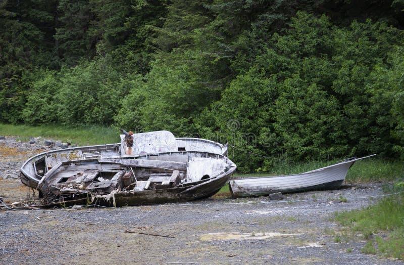Yakutat Alaska a échoué le bateau de pêche en bois assouvit images libres de droits