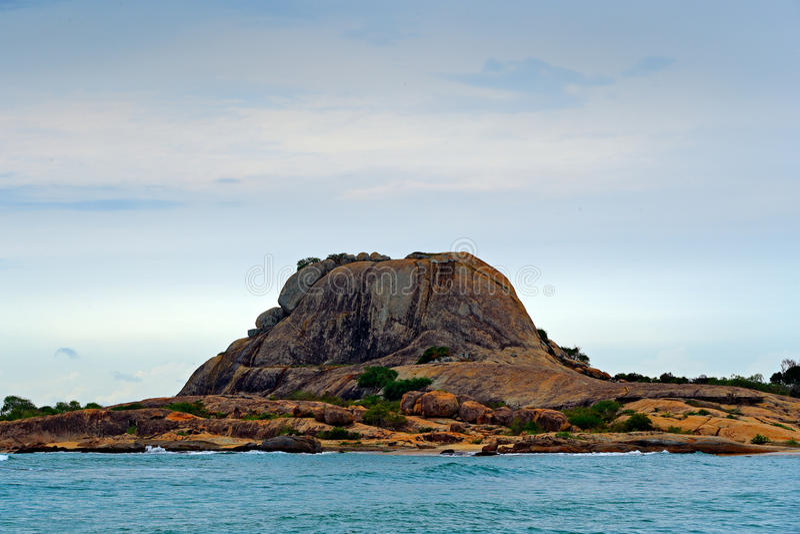 Yala国家公园,斯里兰卡,亚洲 美好的风景、湖用水和石头小山 海洋在斯里兰卡,在Th的大石岩石 免版税库存照片
