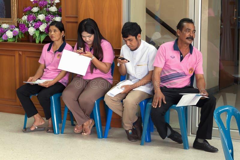 YALA, ΤΑΪΛΆΝΔΗ - 8 Φεβρουαρίου: Οι άνθρωποι αναμένουν το σύνθημά τους πληρώνουν το φόρο εισοδήματος Γραφείο εισοδήματος Yala στη  στοκ εικόνες