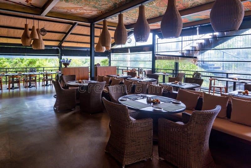 YALA, ШРИ-ЛАНКА - 10-ОЕ ДЕКАБРЯ 2016: Интерьер ресторана циннамона одичалого в Yala стоковые изображения rf