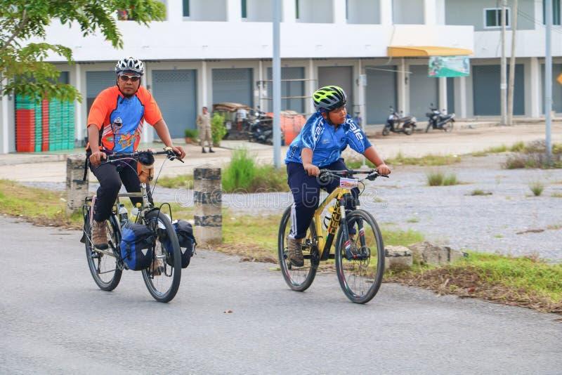 YALA TAJLANDIA, LUTY, - 20, 2018: Cykliści od różnych drużyn współzawodniczy dla przejażdżka bicyklu dla zdrowie Ćwiczą Ja jest b zdjęcie royalty free