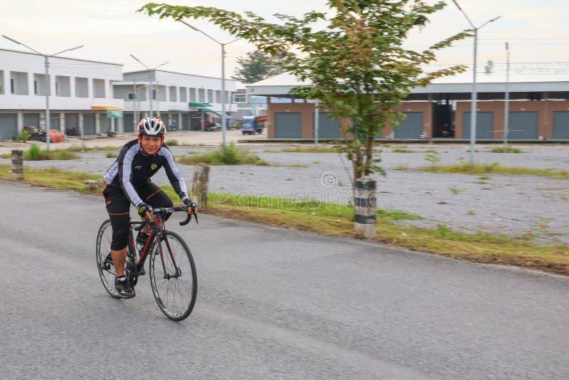 YALA, THAÏLANDE - 20 FÉVRIER 2018 : Les cyclistes de différentes équipes concurrençant pour un tour vont à vélo pour l'exercice d images stock