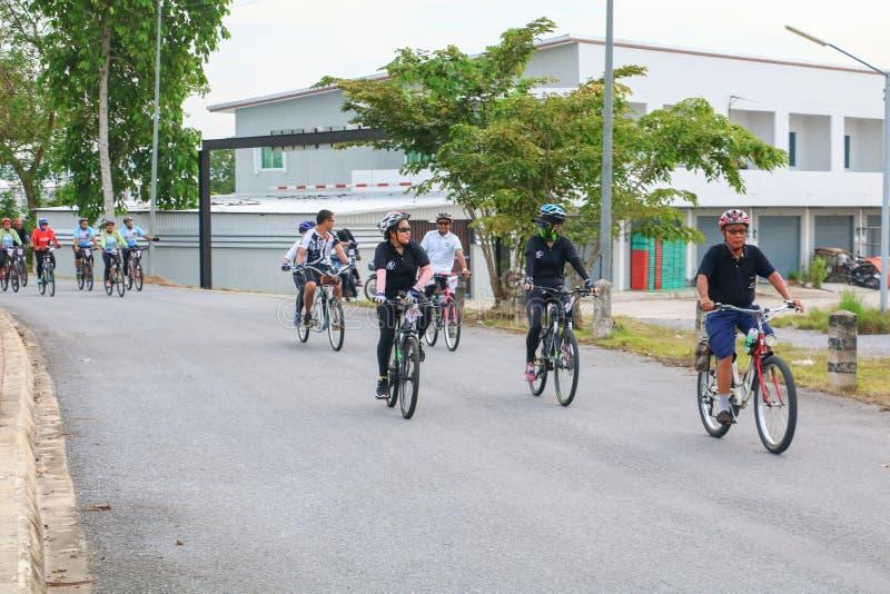 YALA, THAÏLANDE - 20 FÉVRIER 2018 : Les cyclistes de différentes équipes concurrençant pour un tour vont à vélo pour l'exercice d image libre de droits