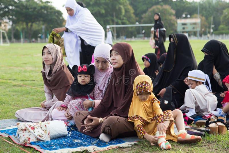 YALA, THAILAND - 8. AUGUST: Thailändische Musim-Familie nehmen ihr childre lizenzfreie stockfotos